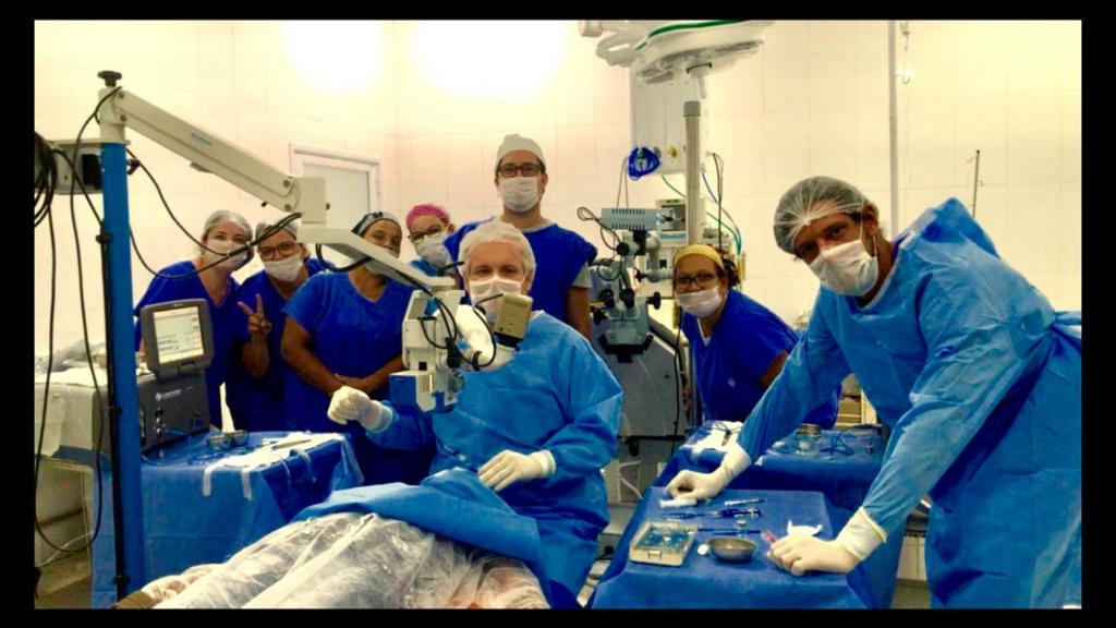 DR. RENATO E EQUIPE REALIZANDO A MILÉSIMA CIRURGIA